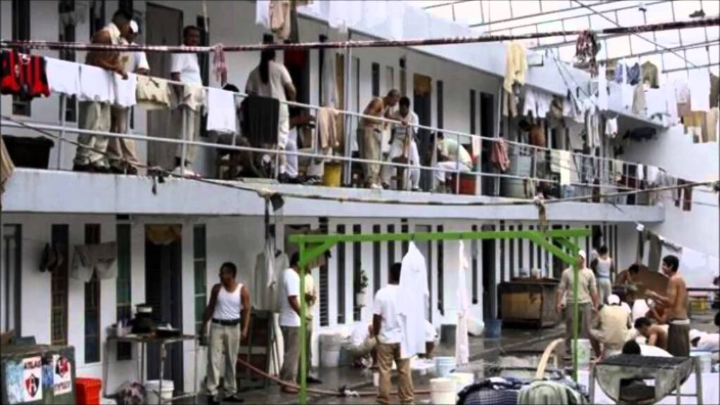 AMLO ordena revisar contratos de construcción y prestación de servicios de los reclusorios