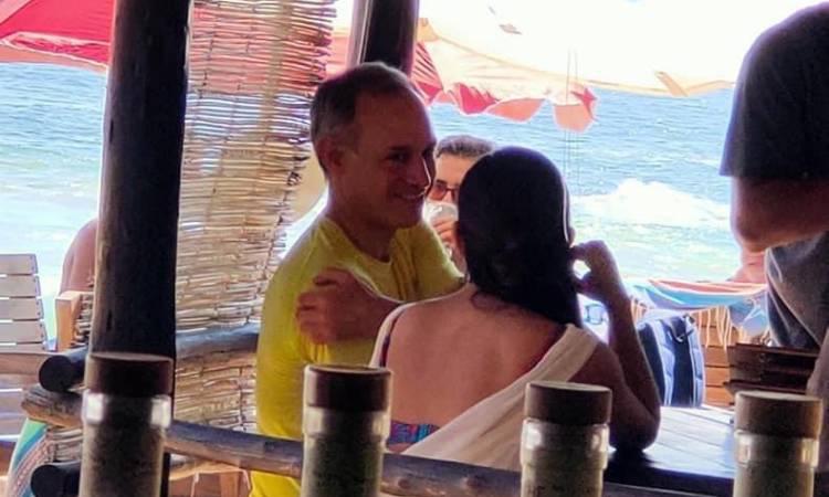 Captan en la playa y sin cubrebocas a López Gatell