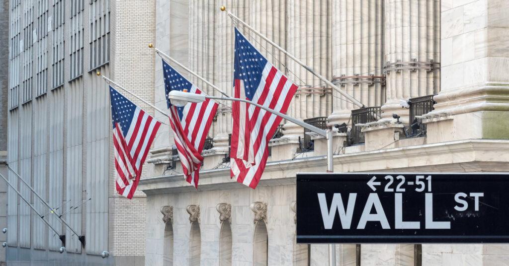 Acciones estadounidenses caen mientras el rally del mercado se detiene cerca de máximos históricos