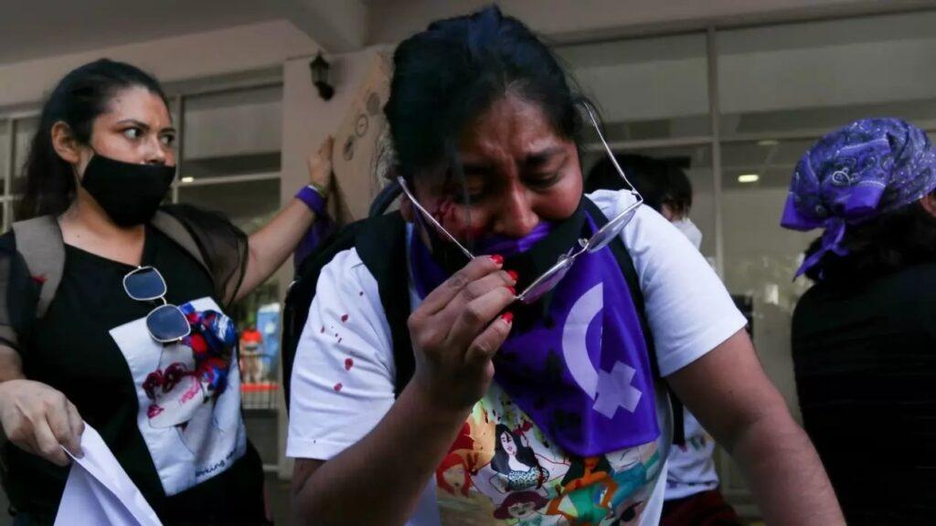 Agreden físicamente a feminista que protestaba contra Félix Salgado