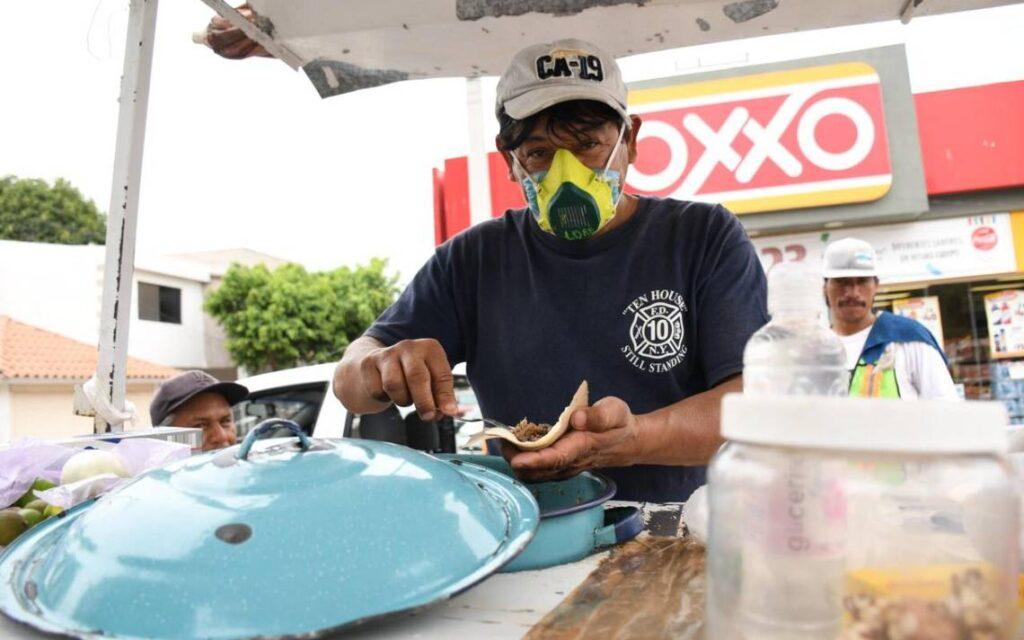 """No todos pueden darse el lujo de """"quedarse en casa"""" en México"""