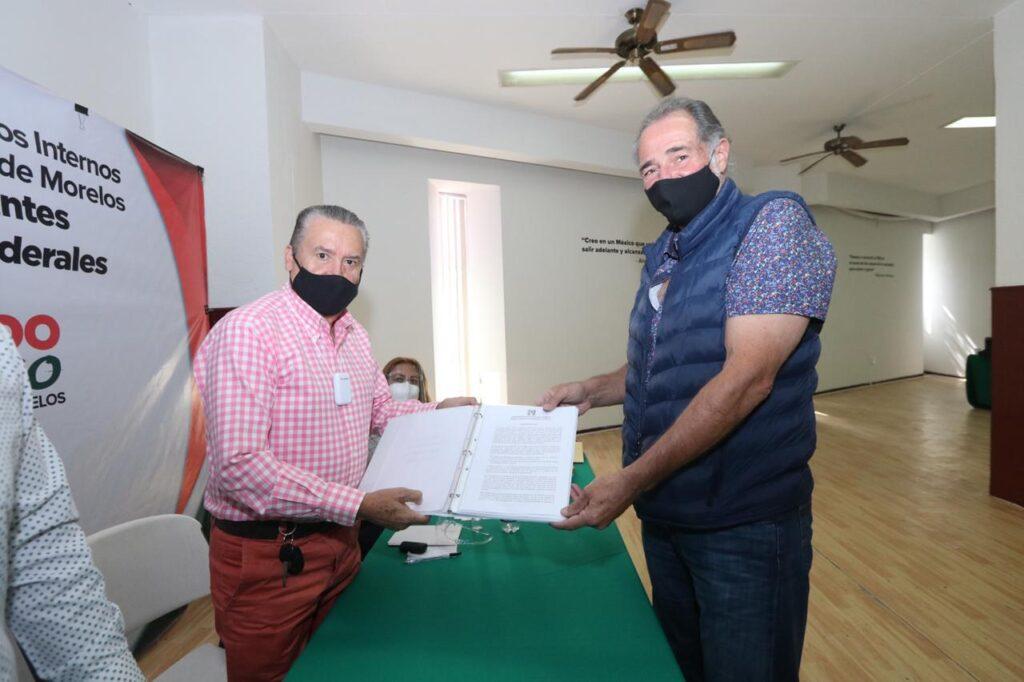 El político Gabriel Haddad Giorgi haciendo su registro ante el PRI Morelos para postularse como precandidato a diputado federal.
