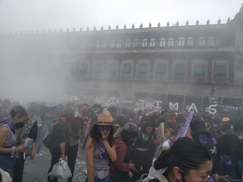 Gobierno reprime marcha de 8M con gas lacrimógeno en CDMX