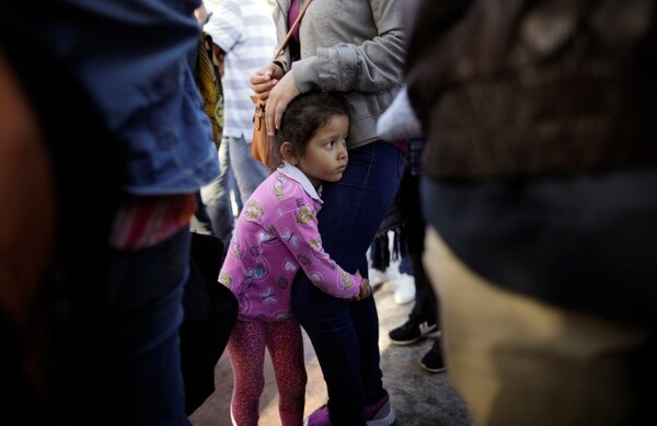 EU podría cubrir viajes y atención médica para familias migrantes separadas por Trump