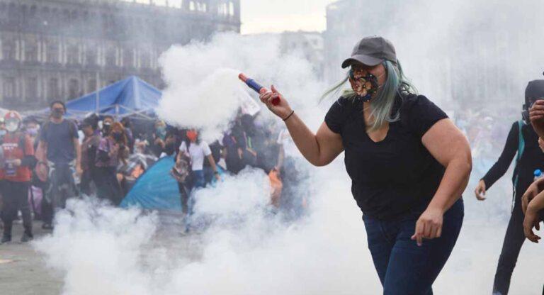 La Reinota devuelve bomba de gas a la policía en el #8M