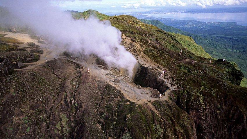 Erupción volcánica sacude la isla caribeña de San Vicente