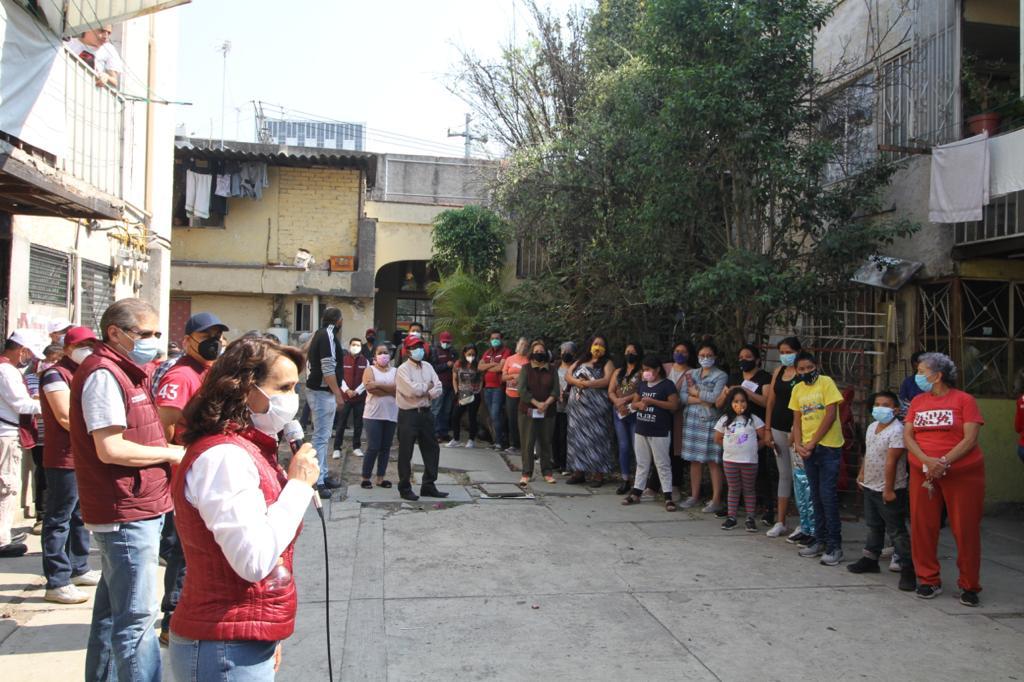 Dolores Padierna con vecinos de la Cuauhtémoc