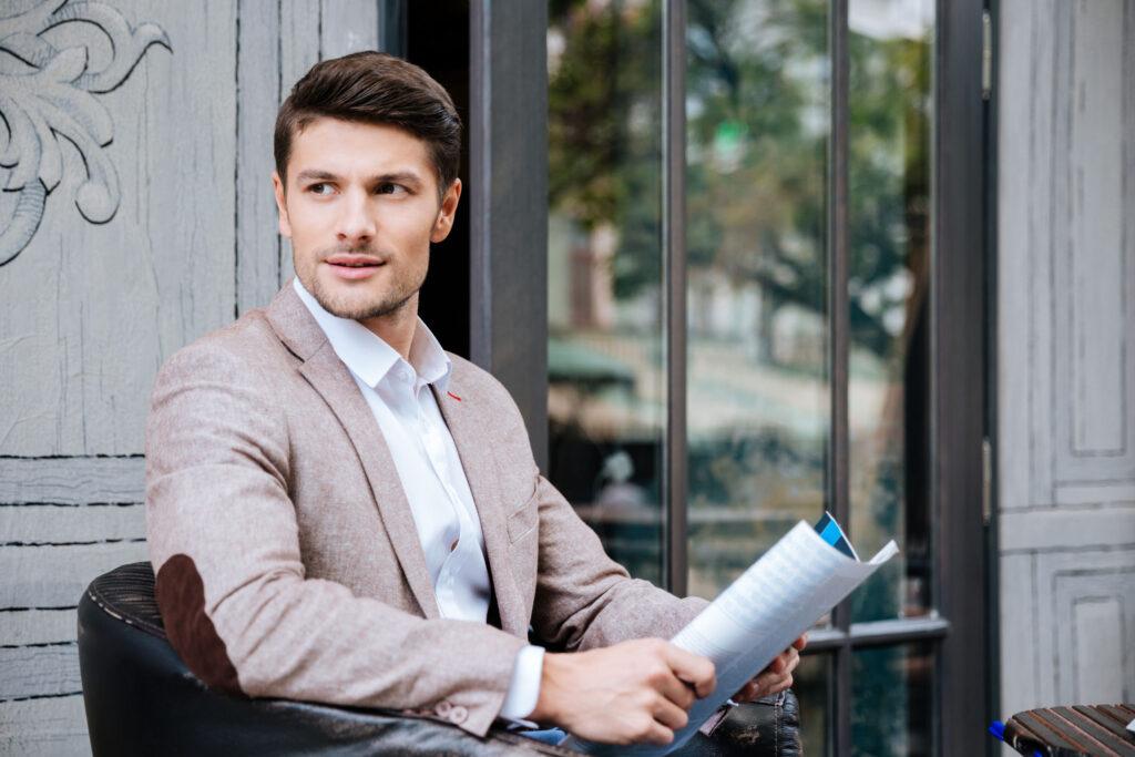 El empresario mexicano Alexis Nickin leyendo el periódico.