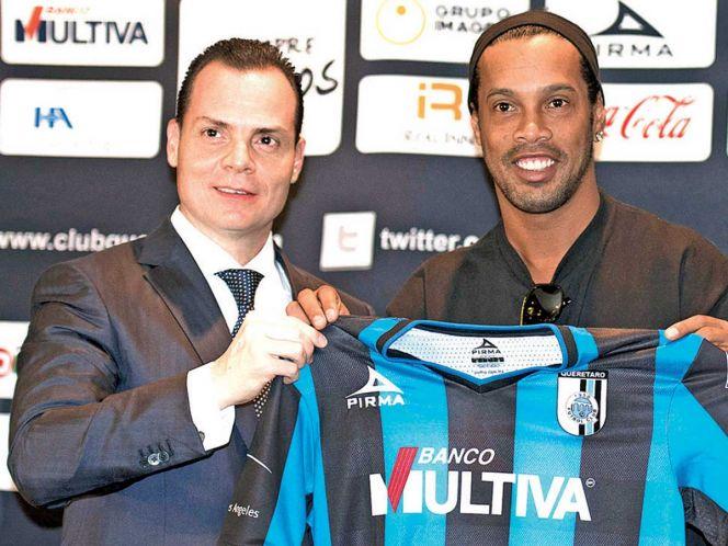 Ronaldinho posando con la camiseta de los Gallos Blancos.